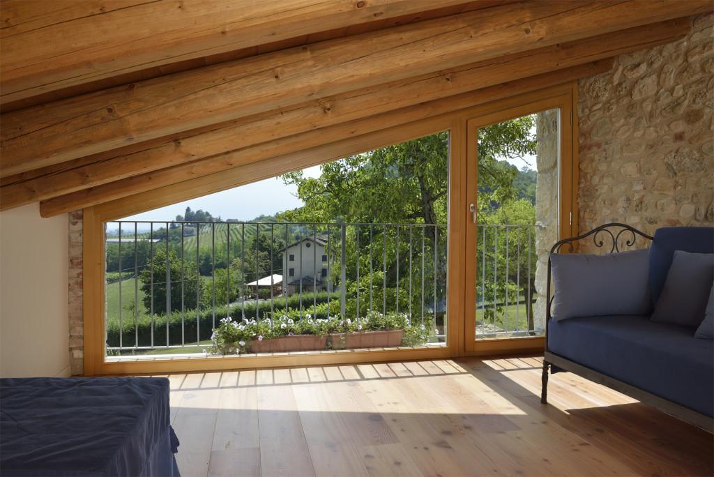 Portafinestra e vetrata fissa sagomate in abete naturale