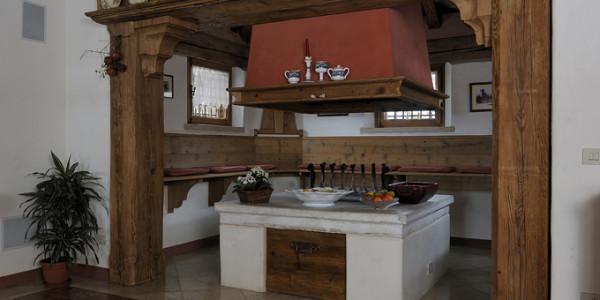Giropanca rustico e rivestimento in legno