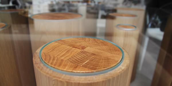 Particolari colonne per tavolo con base in vetro temperato extrachiaro