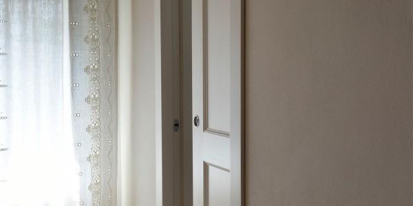 Porta interna scorrevole laccata con finitura a pennello