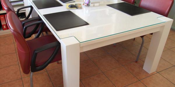 Tavolo laccato spazzolato con copertura in vetro temperato extrachiaro